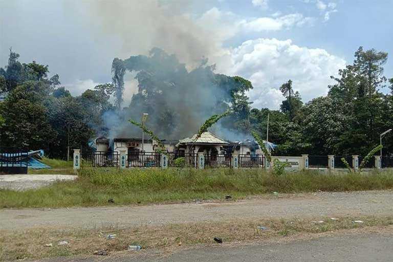 Kantor BKD Kabupaten Mambramo Raya Dibakar