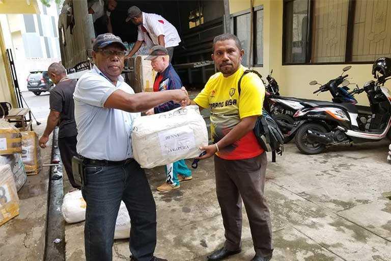 KONI Papua Serahkan Peralatan