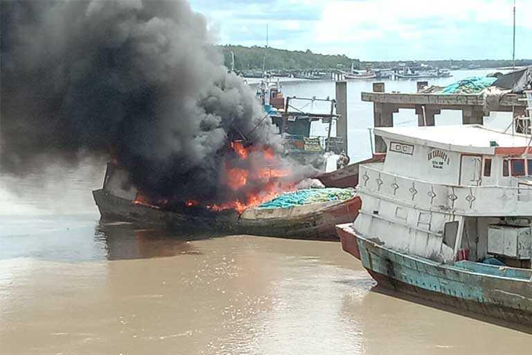 Kapal Terbakar Di Pelabuhan Perikanan merauke