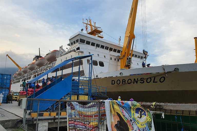 KM Dobonsolo Bawa 30 Kontainer Logistik