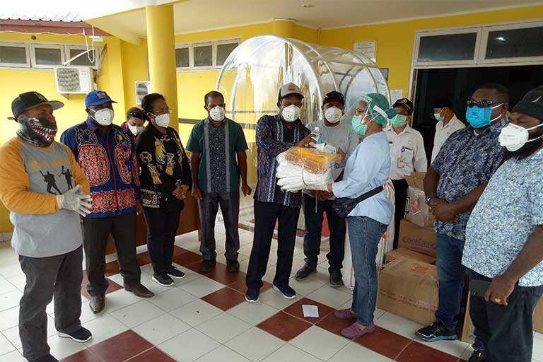 DPR Papua Serahkan Bantuan APD