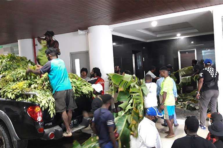 DPR Papua Borong Hasil Kebun