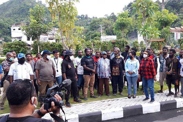 DPR Papua Serahkan Bama di Kayo Pulau