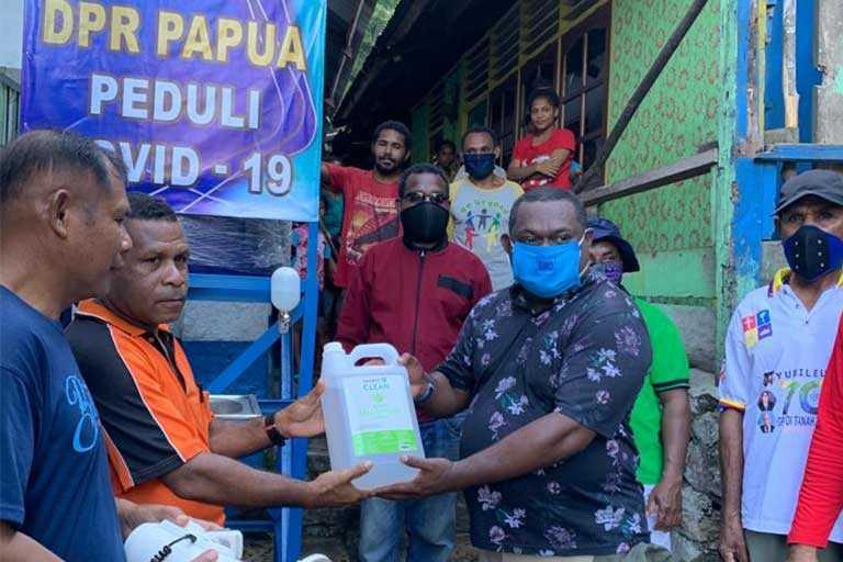 DPR Papua Bagikan Paket Alat Cuci Tangan