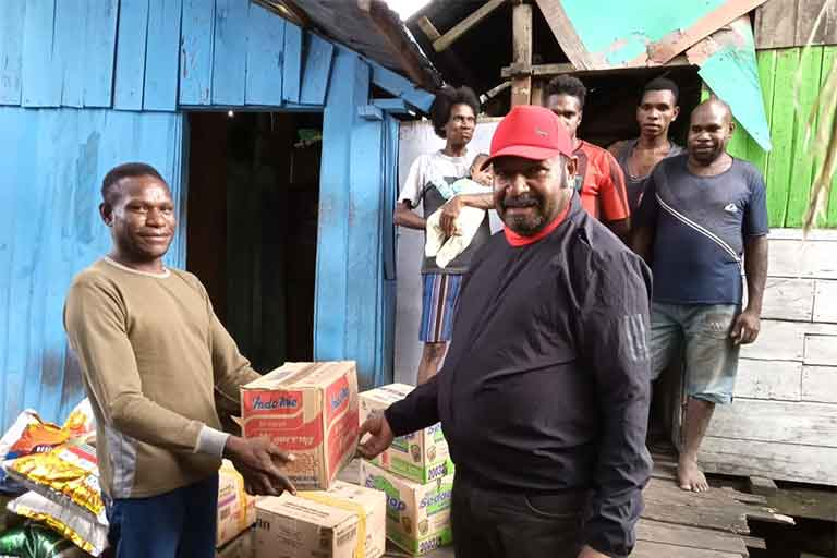 Waket II DPR Papua Rutin Berikan Bantuan