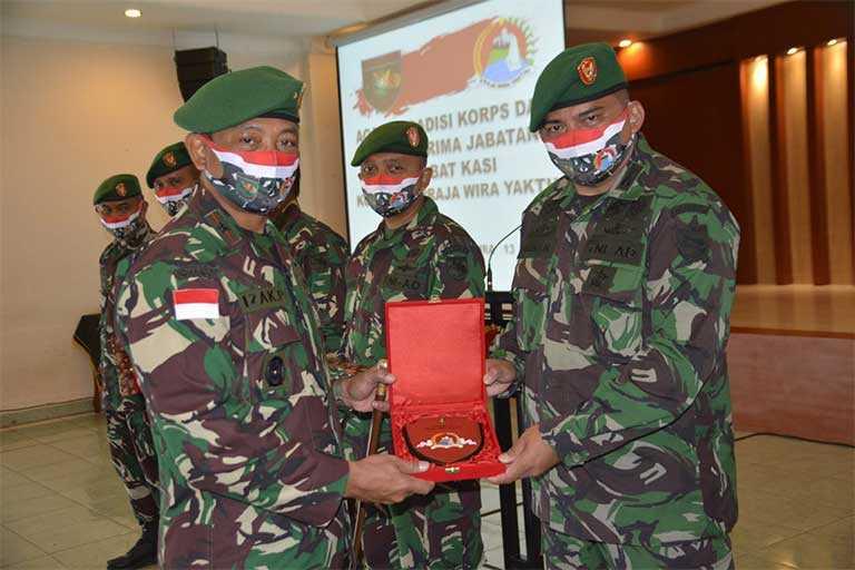 Komandan Korem 172/PWY Brigjen TNI Izak Pangemanan memimpin serah terima jabatan (Sertijab) 6 Kepala Seksi Korem 172/PWY bertempat di Aula