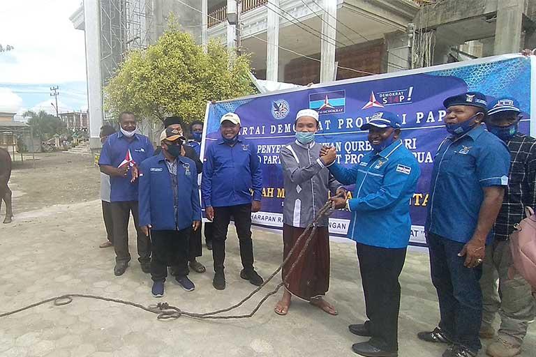 Demokrat Papua berbagi dengan umat Islam