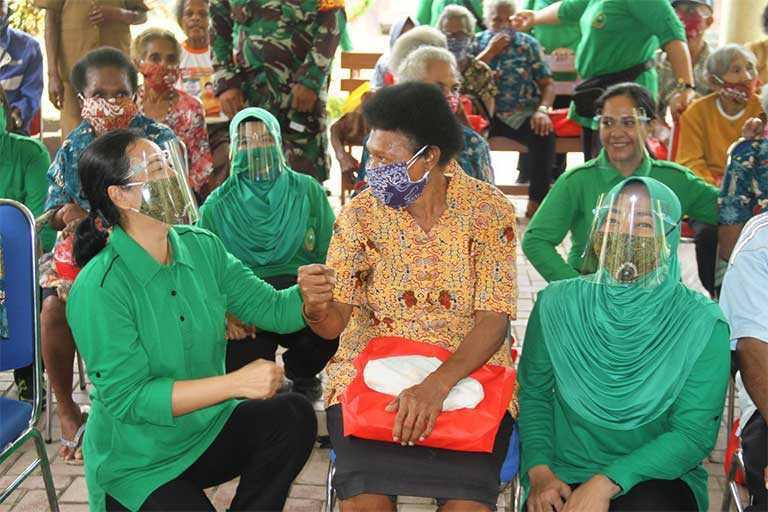 Persit Salurkan Bantuan Masker