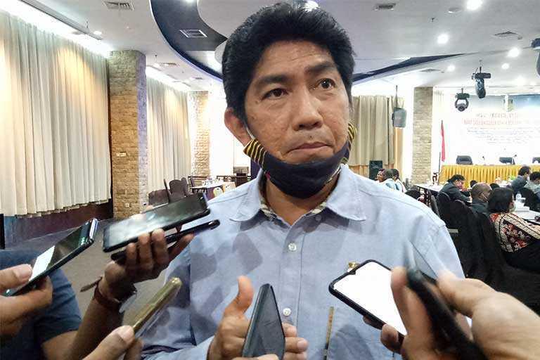 Ketua DPR Papua, Jhony Banua Rouw, SE meminta kepala-kepala rumah sakit di Papua, sudah harus membayarkan insentif tambahan tenaga medis
