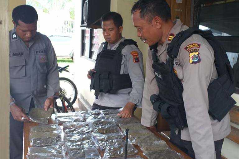 Patroli Di jalur Tikus Lintas Batas Polisi Temukan Puluhan Paket Ganja