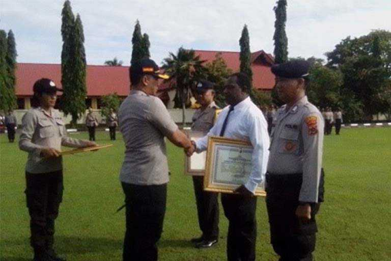 Empat Polisi polres merauke Dapat Penghargaan