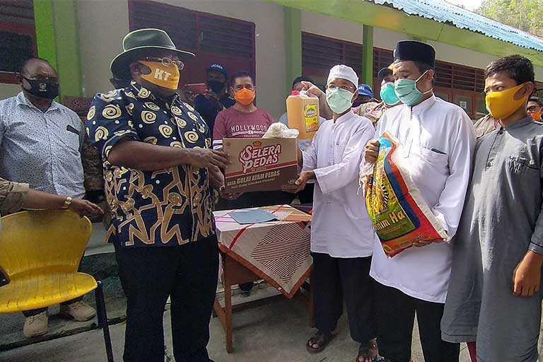 Wagub Papua Berikan Bantuan ke Pantai Asuhan