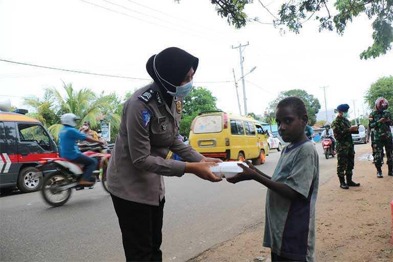 Polisi Dan TNI Bagi-Bagi Makanan