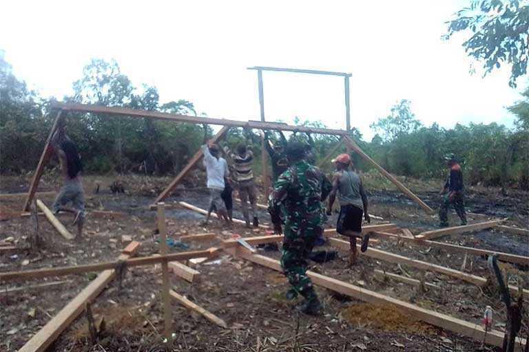 Wadanramil 1711-03/TMR Lettu Inf Zabir dan Bintara pembina Desa (Babinsa) Ramil 03 membantu pembangunan rumah layak huni milik salah