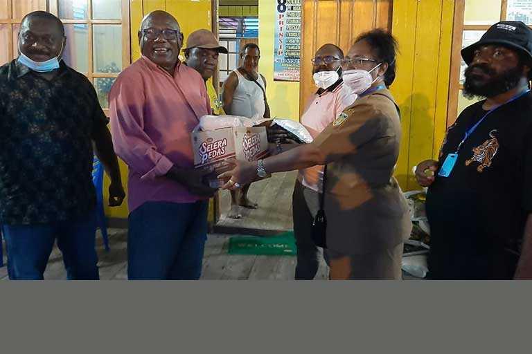 DPR Papua Serahkan Bama di Kampung Engros