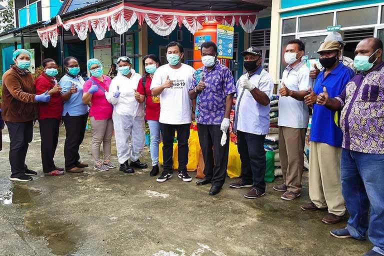 Kerukunan Anak Tanah Merah-Peranakan Tanah Merah (ATM-PTM) menyerahkan bantuan Alat Pelindung Diri (APD) dan sembako kepada 52 petugas