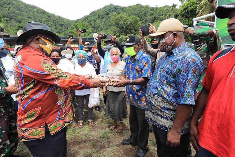 Wagub Papua Salurkan Bantuan