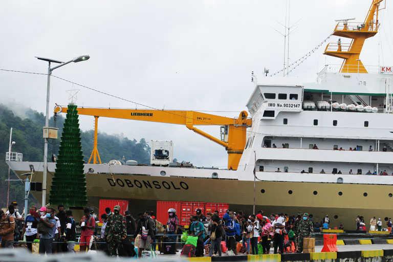 Ratusan Warga Datang dan Pergi Dengan KM. Dobonzolo di Pelabuhan Serui
